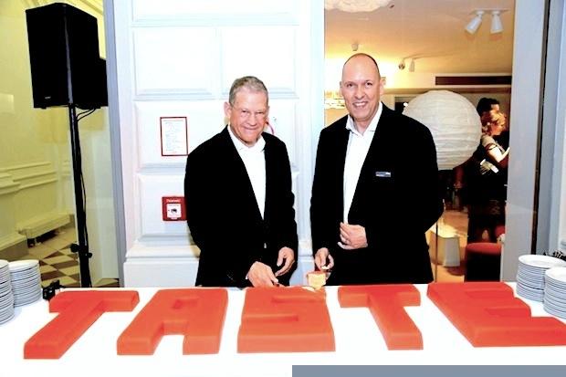 Hans-Peter Cohn (CEO Vitra) und Marcus Schulz (Geschäftsführer Vitra Wien) beim ersten Schnitt
